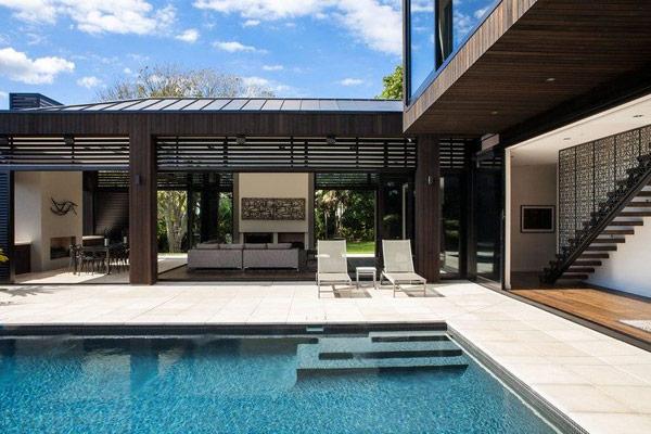 terrasse et plage de piscine réalisée avec des carrelages extérieurs de 2cm en 60x60cm