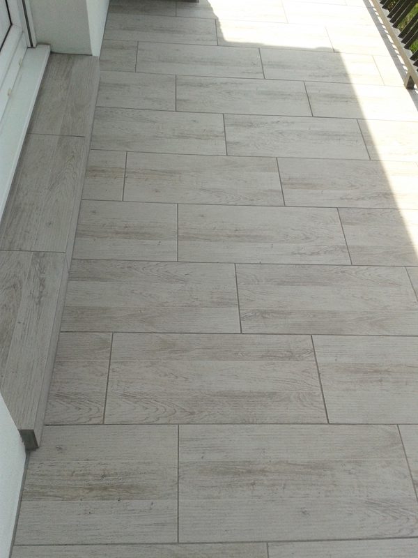 Carrelage taupe clair free salon taupe et bois clair with for Joint carrelage gris perle